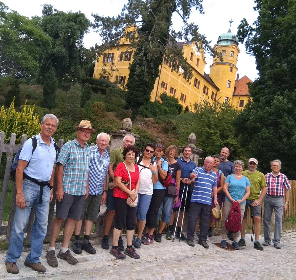 Wandergruppe vor Schloss Reuth